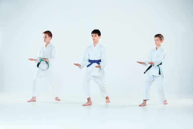 Grupa Chłopców Walczących Na Treningu Aikido W Szkole Sztuk Walki. Pojęcie Zdrowego Stylu życia I Sportu Darmowe Zdjęcia