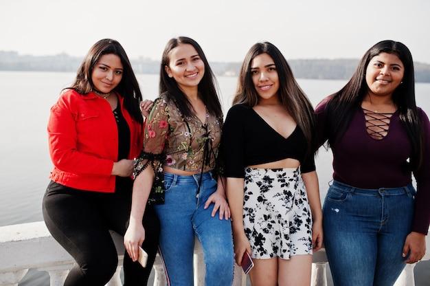Grupa Czterech Szczęśliwych I ładnych Latynoskich Dziewcząt Z Ekwadoru Pozowała Nad Jeziorem. Premium Zdjęcia