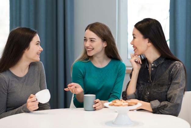 Grupa Dorosłych Kobiet Korzystających Z Kawy Rano Darmowe Zdjęcia