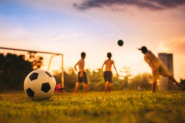 Grupa Dzieci Grających W Piłkę Nożną Premium Zdjęcia