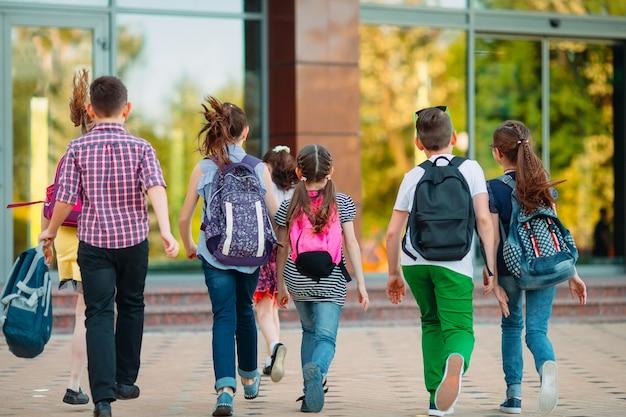 Grupa dzieci idących razem do szkoły. Premium Zdjęcia