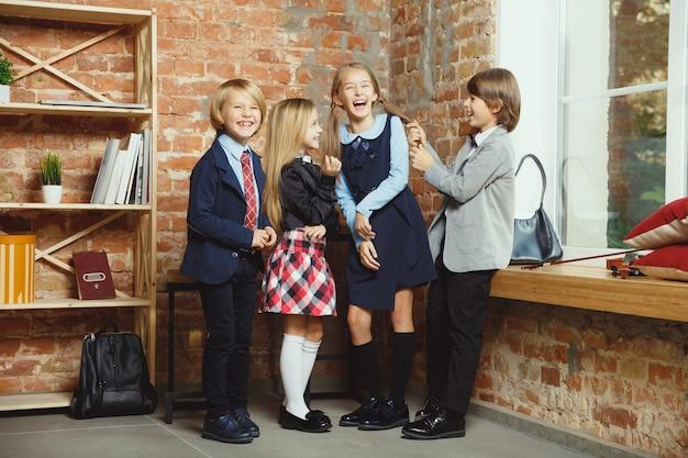 Grupa Dzieci Spędzających Razem Czas Po Szkole. Darmowe Zdjęcia