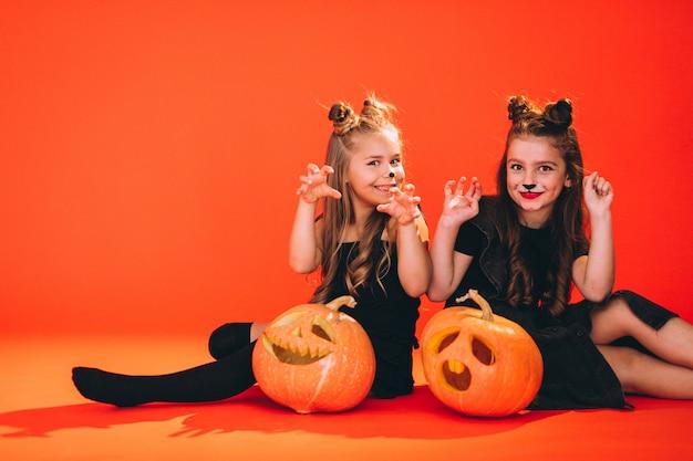 Grupa dziewcząt ubranych w kostiumy na halloween w studio Darmowe Zdjęcia