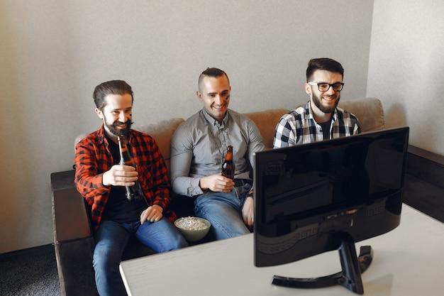 Grupa fanów ogląda piłkę nożną w telewizji Darmowe Zdjęcia