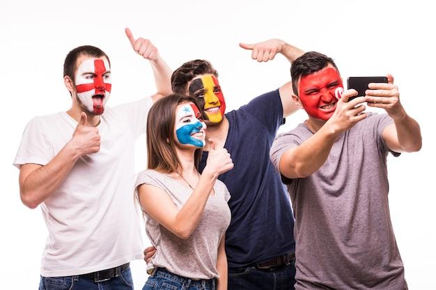 Grupa Kibiców Kibicuje Swoim Drużynom Pomalowanymi Twarzami. Anglia, Belgia, Tunezja, Panama Fani Robią Selfie Na Telefon Na Białym Tle Darmowe Zdjęcia