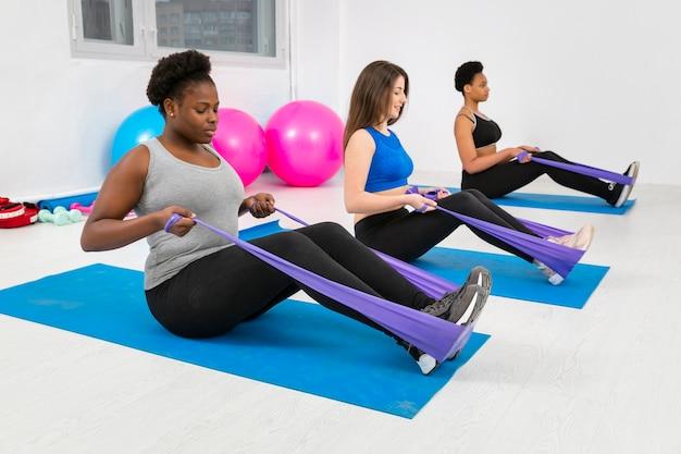 Grupa kobiet ciężko pracujących w klasie fitness Darmowe Zdjęcia