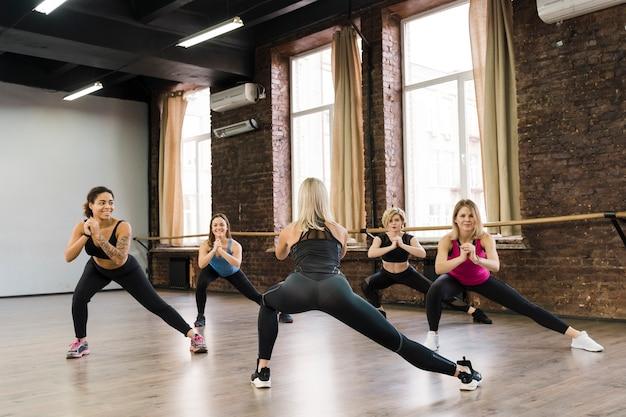 Grupa Kobiet ćwiczy Wpólnie Przy Gym Darmowe Zdjęcia