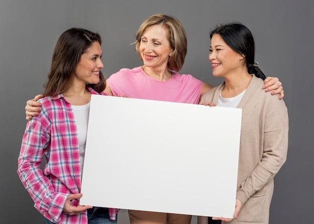 Grupa Kobiet Posiadających Pusty Arkusz Papieru Darmowe Zdjęcia