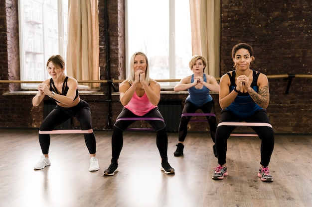 Grupa Kobiet Robi Pilates Razem Na Siłowni Darmowe Zdjęcia