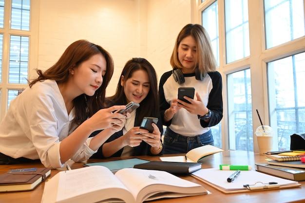 Grupa kobiet ze smartfonów Premium Zdjęcia
