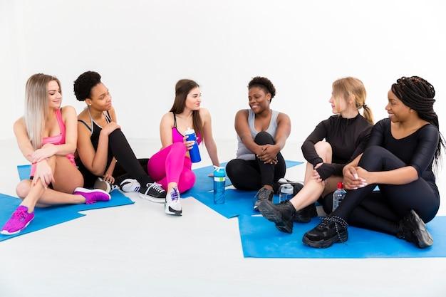 Grupa kobiety na macie ma przerwę Darmowe Zdjęcia