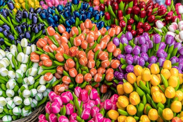 Grupa Kolorowe Drewniane Tulipany Premium Zdjęcia