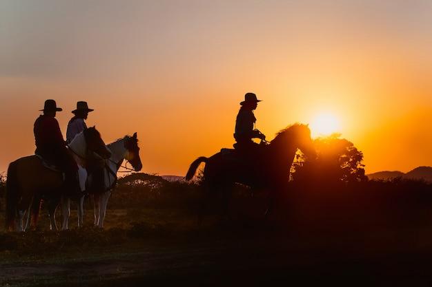 Grupa Kowboj Jedzie Na Koniu. Premium Zdjęcia