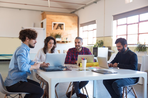 Grupa Kreatywna Pracująca Przy Uruchomieniu, Korzystająca Z Laptopów Darmowe Zdjęcia