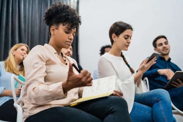 Grupa Kreatywnych Ludzi Biznesu Słuchanie Kolegi Adres Spotkania W Biurze. Koncepcja Biznesu I Burzy Mózgów. Premium Zdjęcia