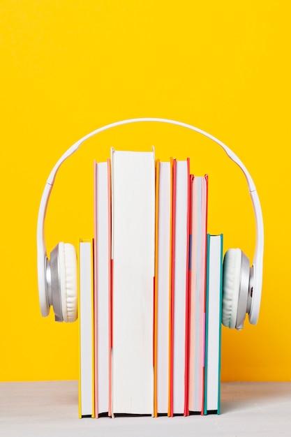 Grupa książek ze słuchawkami. koncepcja książek audio Premium Zdjęcia