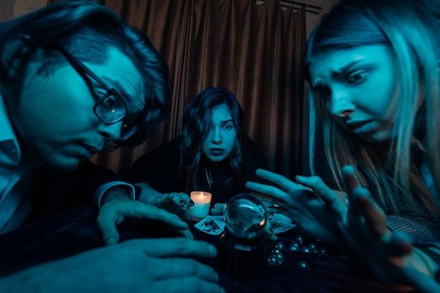 Grupa Ludzi I Wróżki Kobieta Z Kryształową Kulą Darmowe Zdjęcia