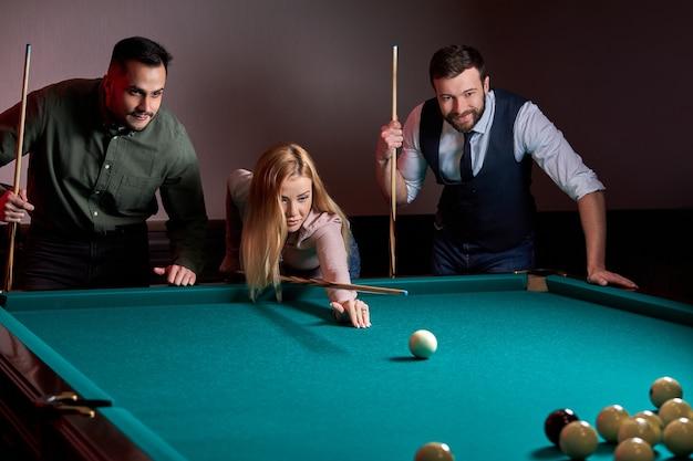 Grupa Ludzi Lub Przyjaciół Grających Razem W Bilard, Snookera Lub Bilard, Spędza Wolny Czas. Zabawa, Bilard, Wypoczynek, Koncepcja Odpoczynku Premium Zdjęcia