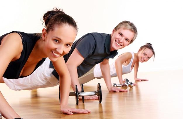 Grupa Ludzi Robi ćwiczenia Fitness Darmowe Zdjęcia