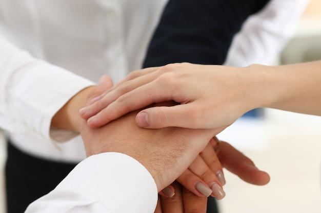 Grupa Ludzi W Garniturach Skrzyżowane Ręce W Stos Premium Zdjęcia