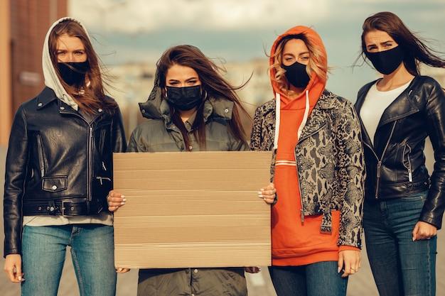 Grupa Ludzi Z Maską I Plakatami Do Protestu Protest Ludności Przeciwko Koronawirusowi I Wprowadzeniu Kwarantanny Premium Zdjęcia