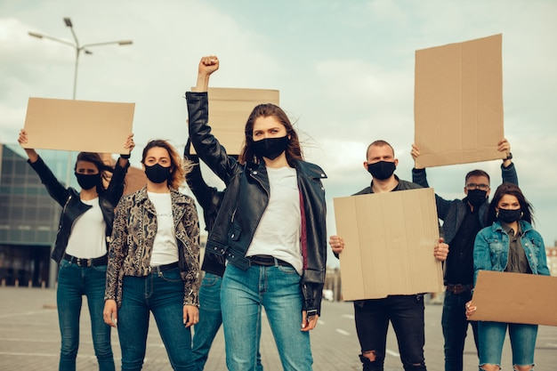 Grupa Ludzi Z Maską I Plakatami Do Protestu Protest Ludności Przeciwko Koronawirusowi Premium Zdjęcia