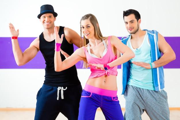 Grupa Mężczyzn I Kobiet Tańczących Choreografię Fitness Zumba W Szkole Tańca Premium Zdjęcia