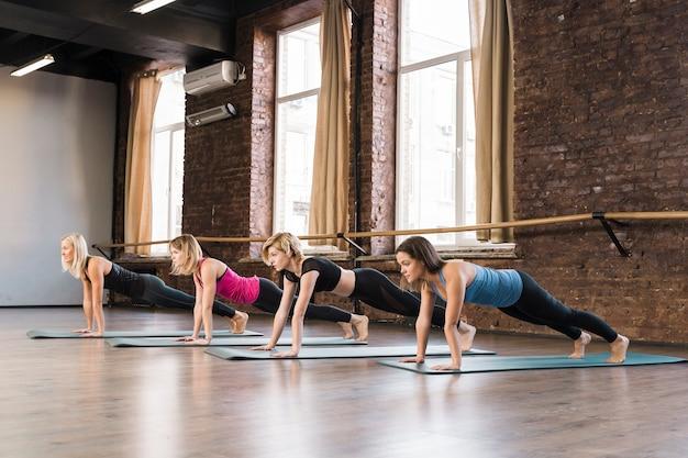 Grupa Młodych Kobiet ćwiczy Wpólnie Darmowe Zdjęcia