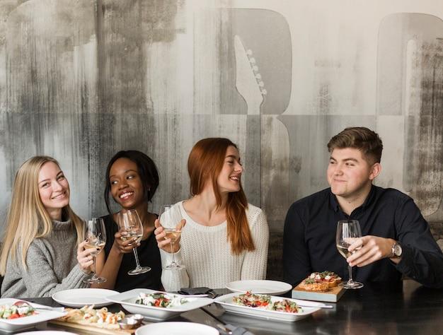 Grupa Młodych Ludzi Gromadzących Się Na Obiad Darmowe Zdjęcia