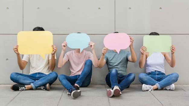 Grupa Młodych Ludzi Posiadających Dymki Premium Zdjęcia