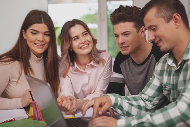 Grupa młodych ludzi studiujących razem w klasie kolegium Premium Zdjęcia