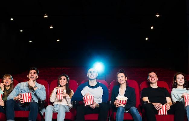 Grupa młodych ludzi w kinie Darmowe Zdjęcia