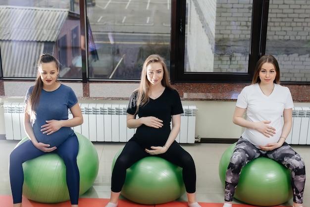 Grupa Młodych Matek W Ciąży Uprawia Pilates I Uprawia Piłkę W Klubie Fitness. W Ciąży Premium Zdjęcia