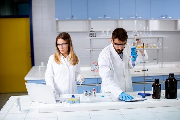 Grupa Młodych Naukowców Analizujących Dane Chemiczne W Laboratorium Premium Zdjęcia