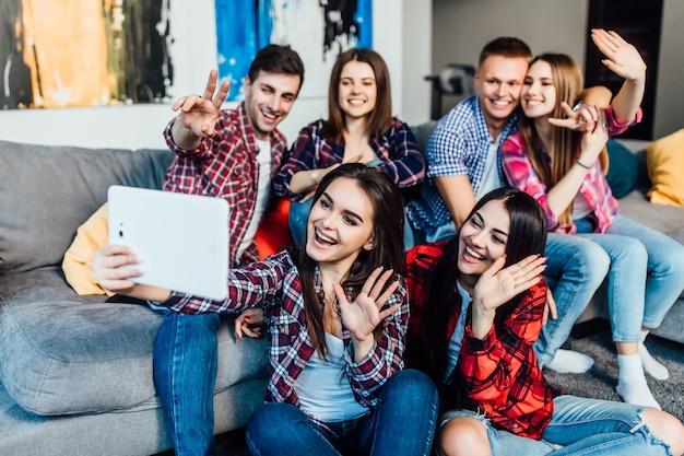 Grupa Młodych Przyjaciół Siedzi W Domu Na Kanapie I Rozmawia Z Rodzicami Online Premium Zdjęcia
