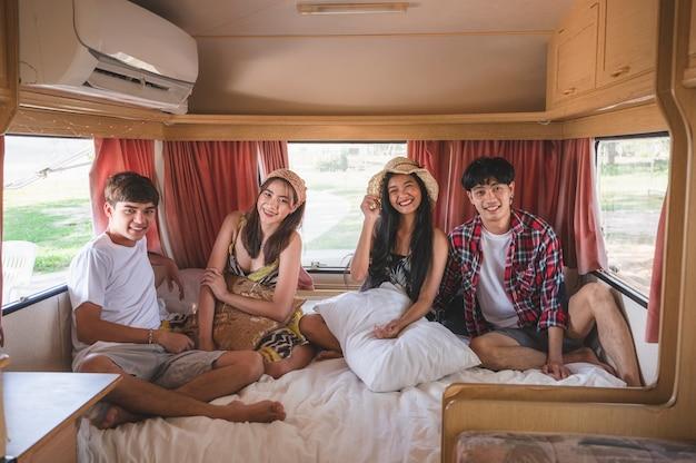 Grupa Młodych Przyjaciół Z Azji, Zabawy Wewnątrz Samochodu Kempingowego W Weekend Premium Zdjęcia
