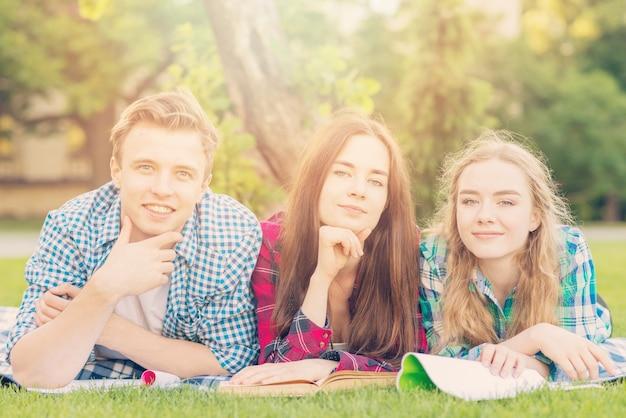 Grupa młodych studentów uczących się w parku Darmowe Zdjęcia