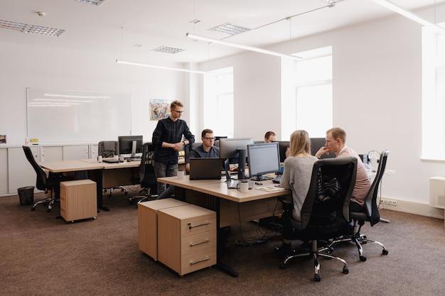Grupa Młodzi Ludzie Biznesu Pracuje W Biurze Darmowe Zdjęcia