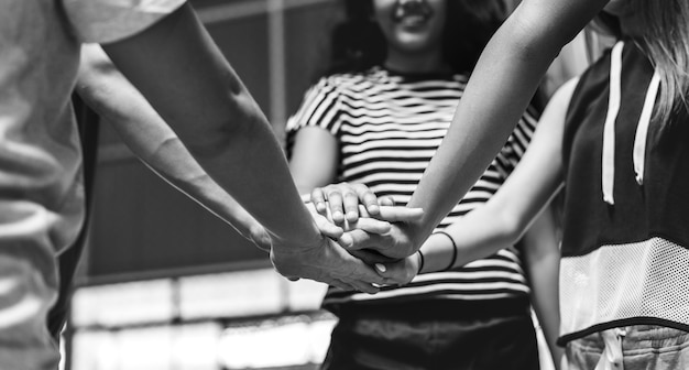 Grupa nastolatków przyjaciele na boisko do koszykówki pracy zespołowej i więzi pojęciu Darmowe Zdjęcia