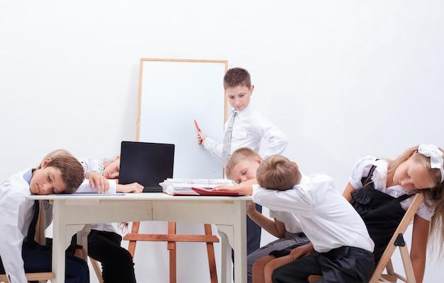 Grupa Nastolatków Siedząca Na Spotkaniu Biznesowym Darmowe Zdjęcia