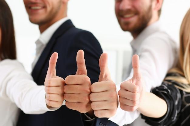 Grupa Osób Pokazuje Ok Lub Potwierdza Kciukiem Do Góry Premium Zdjęcia