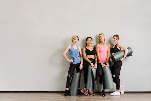 Grupa Piękne Kobiety Pozuje Przy Gym Darmowe Zdjęcia