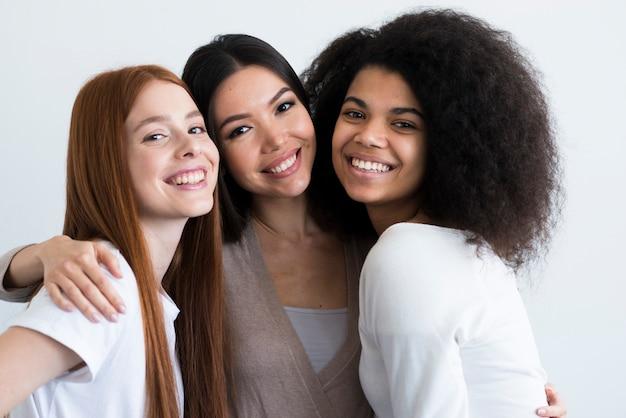 Grupa Piękne Młode Kobiety Pozuje Wpólnie Darmowe Zdjęcia
