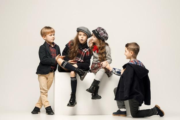 Grupa Pięknych Dziewcząt I Chłopców Na Pastelowej ścianie Darmowe Zdjęcia