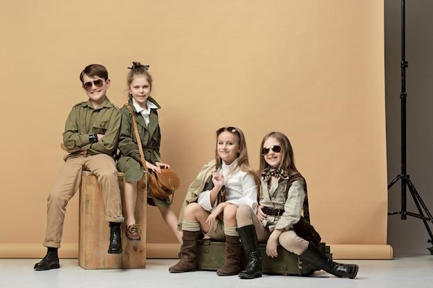 Grupa Pięknych Dziewczyn I Chłopców Na Pastelach Darmowe Zdjęcia