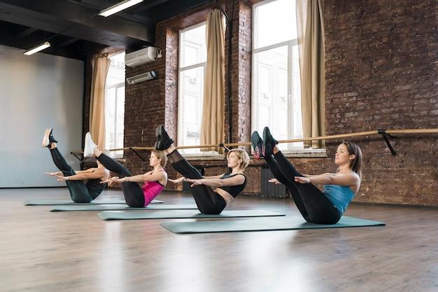 Grupa Pięknych Kobiet ćwiczy Wpólnie Premium Zdjęcia