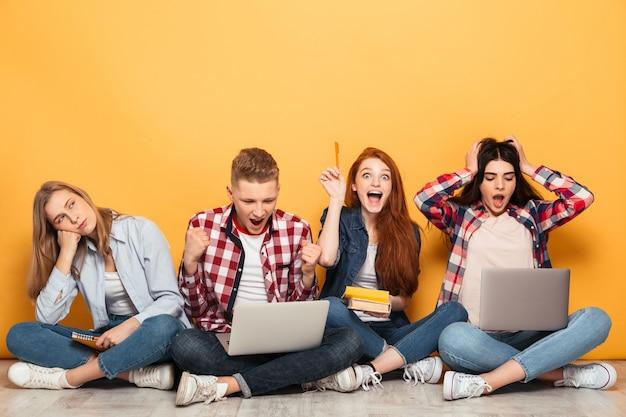 Grupa Podekscytowanych Szkolnych Przyjaciół Odrabiania Lekcji Premium Zdjęcia