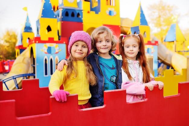 Grupa przedszkolaków bawi się i uśmiecha Premium Zdjęcia