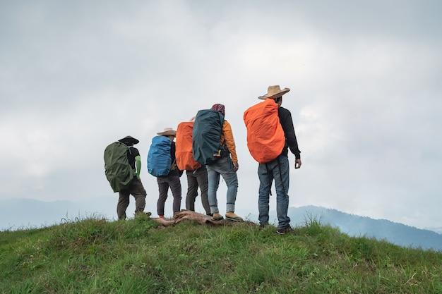 Grupa Przygód Pieszych Stojących Na Grzbiecie. Bezchmurna Pogoda, Bezchmurne Niebo Premium Zdjęcia