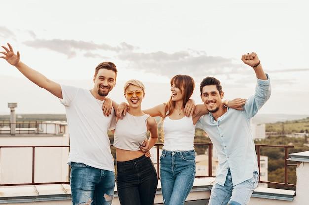 Grupa Przyjaciele Cieszy Się Outdoors Przy Dachem Darmowe Zdjęcia